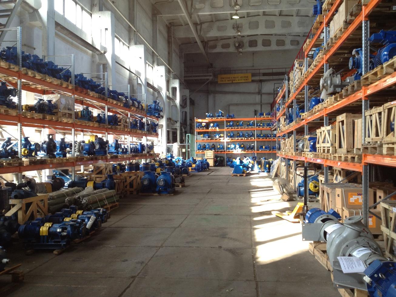 Большой склад промышленных насосов и электродвигателей